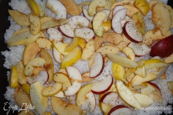 В смазанную оставшимся растительным маслом форму выложить слой риса. На рис положить дольки яблок и айвы.