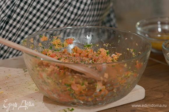 В миске тщательно смешать рыбу, зелень, чеснок и панировочные сухари, поперчить и посолить.