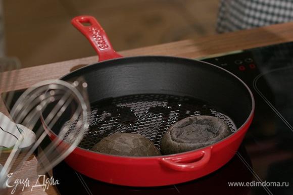 Разрезать булку пополам, выложить части на сковороду внутренней стороной вниз. Обжарить до хрустящей корочки.