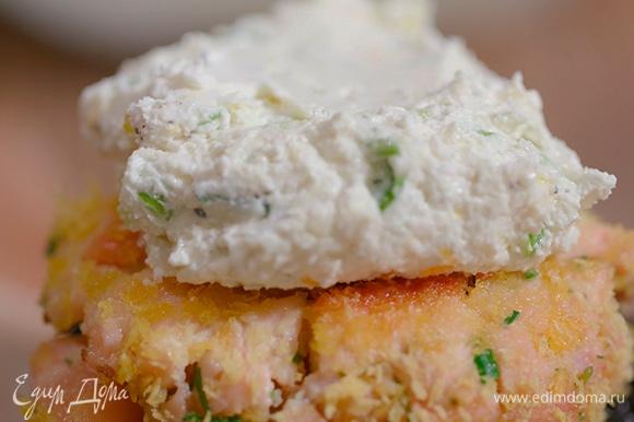 На нижнюю часть булки выложить котлету, сверху — немного сырного соуса, накрыть верхней частью.