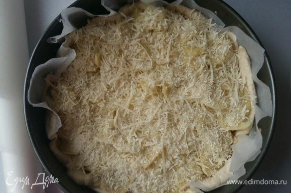 Посыпать сверху пармезаном. И поставить в разогретую до 200°C духовку примерно на 35–40 минут до готовности.