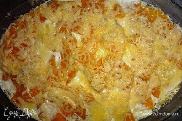 Посыпать натертым сыром. Поставить в духовку без фольги еще на 5–7 минут.