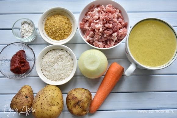 Подготовить необходимые продукты. Вместо томатной пасты можно взять свежие протертые томаты или использовать и то, и другое. Бульон можно заменить водой.