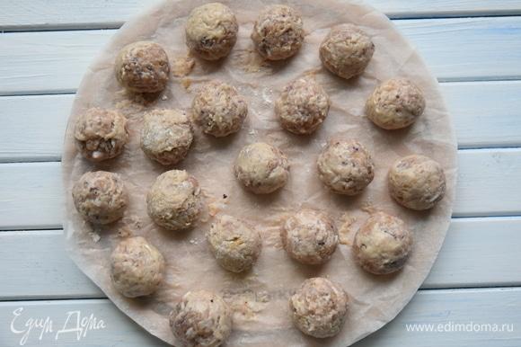 Из фарша сформировать небольшие фрикадельки, обвалять их в муке и поставить в холодильник.