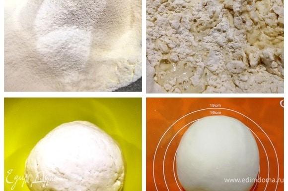 Смешиваем крахмал, просеянную муку и соль. Вливаем сначала 2/3 стакана воды, начинаем замешивать тесто. Если необходимо, добавляем еще воды. Тесто получится тугое, похожее на пластилин по консистенции. Кладем тесто в миску и накрываем крышкой. Пока занимаемся начинкой, тесто отдохнет и станет очень податливым.