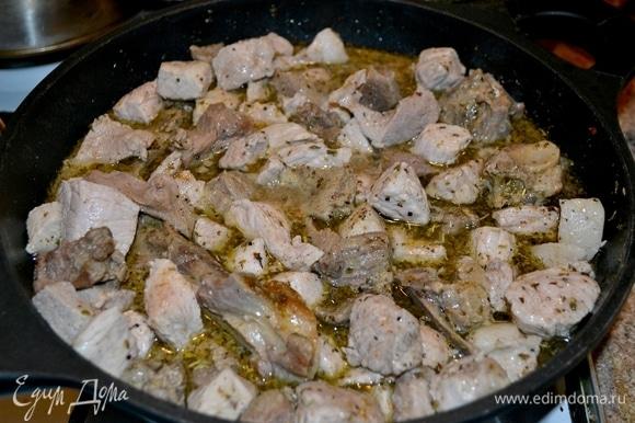 В то время, как поставили тесто отдохнуть, ставим нарезанное мясо баранины и свинины поджариться в глубокой сковороде. Затем добавить кипятка, специи, дать время потушиться. Подготавливаем овощи и постепенно добавляем.