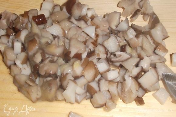 Перловку замочить в воде на 3 часа, затем воду слить, залить снова водой в пропорции 1:3 и варить на медленном огне 50 минут. В конце готовки крупы слить стакан отвара и отставить для начинки. Замороженные грибы отварить в воде с лавровым листом и душистым перцем. Слить, некрупно нарезать.