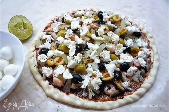 Моцареллу рвем маленькими кусочками и распределяем по поверхности пиццы. Сбрызгиваем всю пиццу соком лайма.