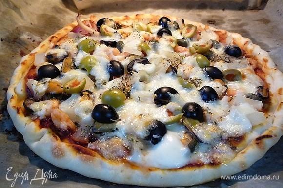 Выпекаем при температуре 200°C в течение 20 минут. Как только сыр расплавился, пицца готова.