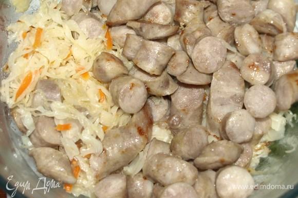 Обжаренные капусту и колбаски складываем в миску.