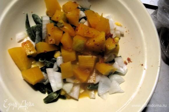 Для начинки все ингредиенты смешать со сливками и яйцом. Томатной пастой смазать корж.