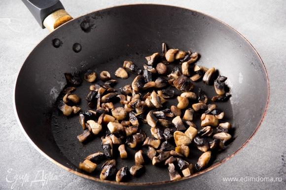 Шампиньоны очистить, нарезать кубиком и положить сначала на сухую разогретую сковороду. Когда сок выйдет, добавить масло и обжаривать 5 минут на среднем огне, посолить.