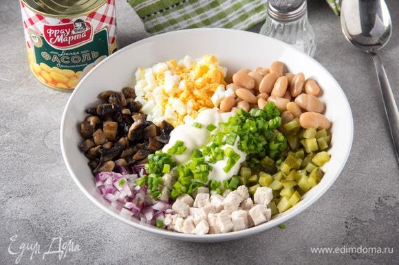Нарезать зеленый лук, смешать все подготовленные ингредиенты, добавить сметану и майонез, перемешать.