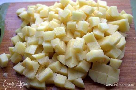 Картофель нарезать кубиком.