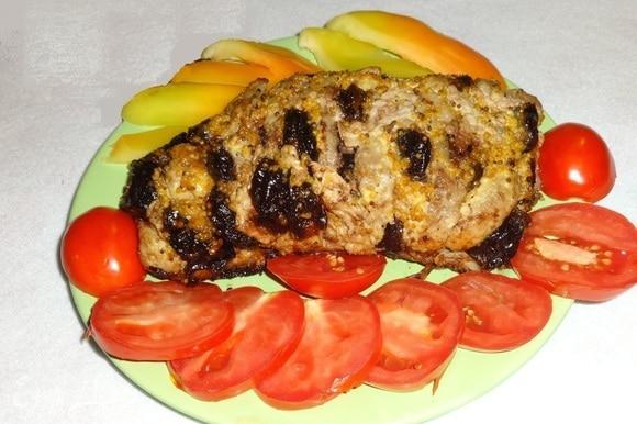 Готовое мясо освободить от фольги, выложить на блюдо.
