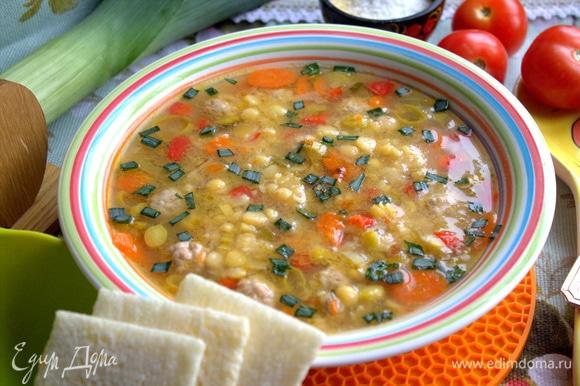 Довести суп до готовности. Я включала на мульварке программу «суп» 2 раза, чтобы горох сварился.