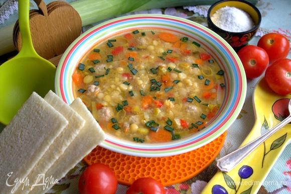Сверху суп при подаче посыпать зеленью.