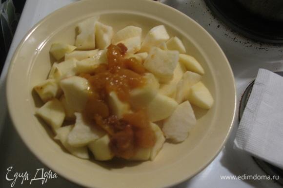 Начинка вторая сладкая: нарезаем яблоки без шкурки, добавляем сахар и ставим в микроволновку минут на 5. Можно добавлять варенье (у меня дольки персика). Разминаем все мелко, всыпаем орехи.