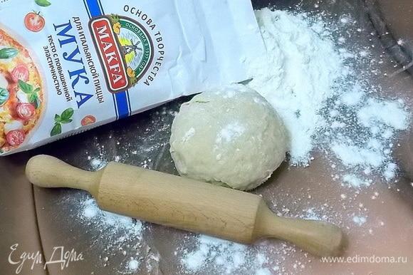 Замесить тесто в течение 5–10 минут. Если тесто будет очень крутым, добавьте чуточку воды.