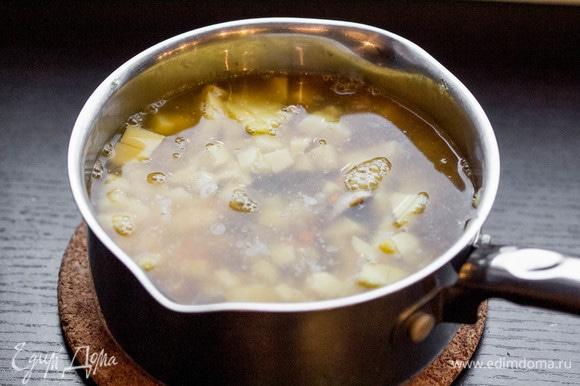 Залить суп бульоном, довести до кипения, уменьшить огонь, посолить и варить 15 минут до готовности всех ингредиентов. Я использую куриный бульон, можно добавить овощной, мясной или просто воду.