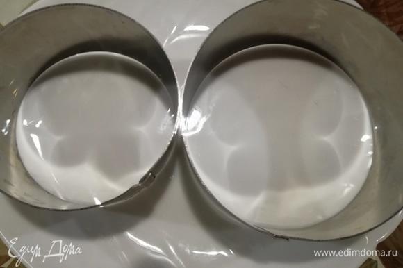 Для оформления салата нам понадобятся три кулинарные формы разного диаметра. Если нет кулинарных форм, оформляйте руками (в кулинарных перчатках). Формы выставляем на небольшое блюдо.