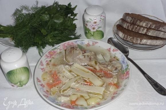 Наш вкусный и полезный суп готов! Разлить его по тарелкам, положить по кусочку мяса, можно при подаче добавить в тарелку свежей зелени. Прошу к столу! Приятного аппетита!