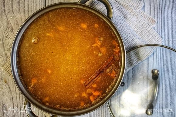 Залить жмых со специями двумя литрами холодной воды, добавить сахар и палочку корицы. Довести до кипения, снять с огня и дать настояться в течение 20 минут под крышкой.