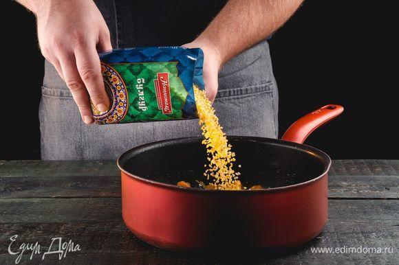 Разогрейте сковороду со сливочным маслом, добавьте булгур ТМ «Националь», изюм, курагу, чернослив.