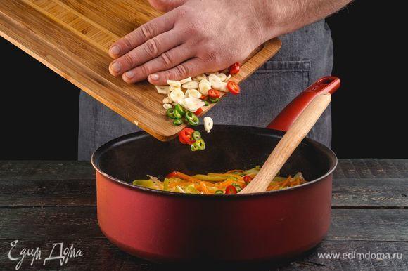 Разогрейте сковороду с маслом. Выложите овощи на разогретую сковороду и пассеруйте 8–10 минут. Добавьте сахар, готовьте еще 1 минуту.