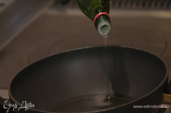 Разогреть в сковороде вок оливковое масло.