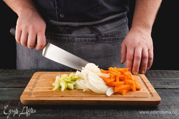 Морковь нарежьте соломкой, лук и сельдерей — полукольцами.