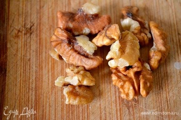 Измельчим орехи и добавим их к сыру.