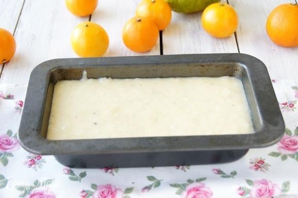 Форму для выпечки смазала маслом, вылила в нее тесто, поставила форму в разогретый до 180°C духовой шкаф на 30 минут до румяности. Готовность проверила деревянной шпажкой. Совет: если сомневаетесь в посуде для выпечки, лучше застелите ее пекарской бумагой.