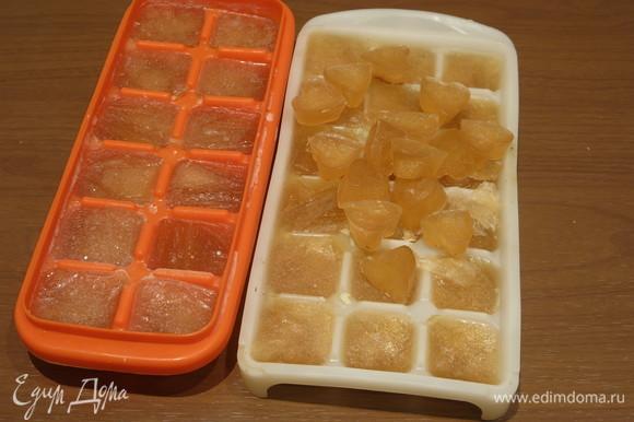 Оставшийся коричневый бульон подготовим для длительного хранения. Разливаем бульон по формам, замораживаем.