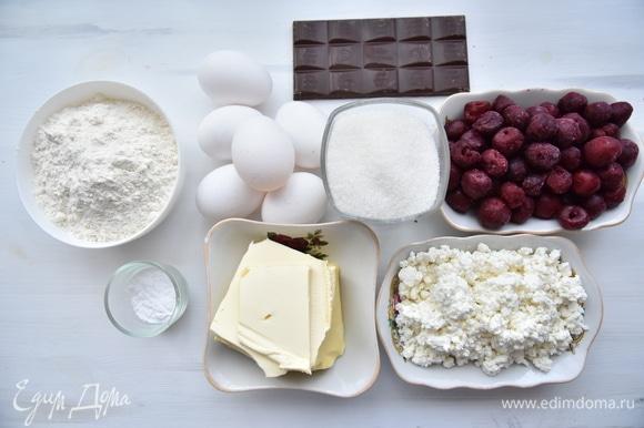Подготовить продукты. Если ягоды замороженные, их необходимо заранее разморозить, удалить выделившийся сок. Муку «Экстра» MAKFA соединить с разрыхлителем и просеять.