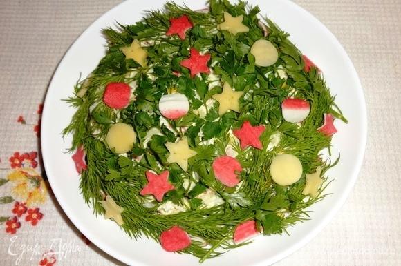 Зелень вымыть, обсушить бумажным полотенцем. Веточками зелени обложить салат со всех сторон. Украсить салат звездами, кружками, зернами кукурузы.