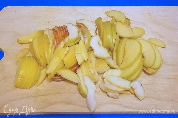 Удалить у яблок сердцевину и нарезать дольками.