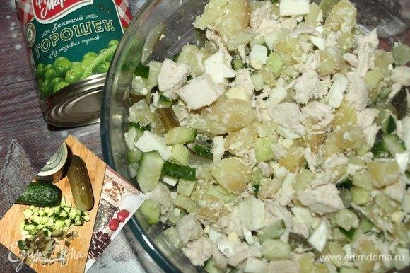 Соленые и свежие огурцы нарезать. Складываем в миску к остальным ингредиентам.