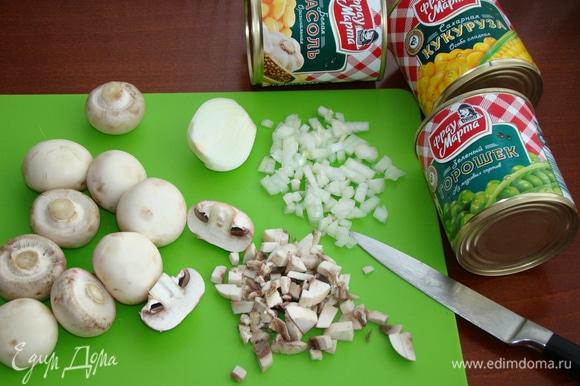 Пока яйца окрашиваются, приготовим начинку. Для этого луковицу и грибы мелко нашинкуем и обжарим до золотистого цвета на растительном масле. Присолить и поперчить по вкусу.