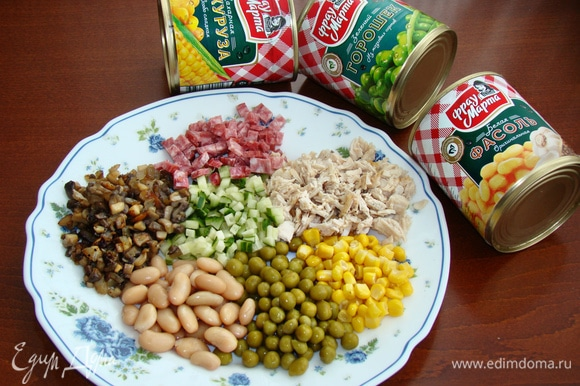 На большом блюде соберем все необходимые для начинки ингредиенты, в том числе консервированные — кукурузу, фасоль и зеленый горошек ТМ «Фрау Марта».
