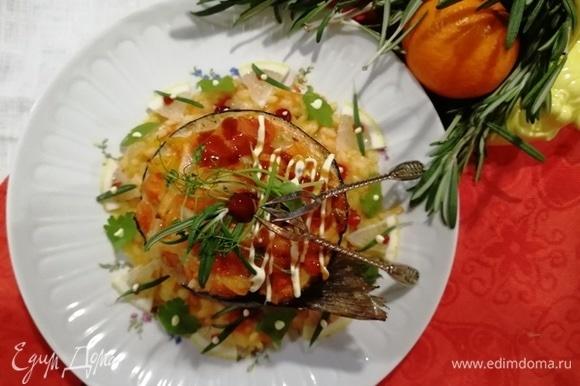 На тарелку выкладываем рис, сверху рулет из гольца.