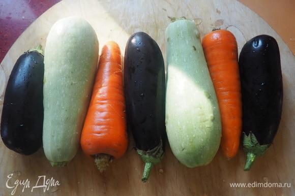 Овощи моем. Молодые кабачки и баклажаны чистить не надо. Морковку чистим.