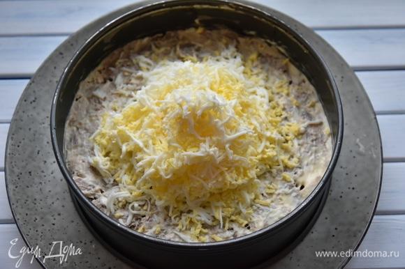После слоя из отварной курицы следует слой натертых на мелкой терке яиц.