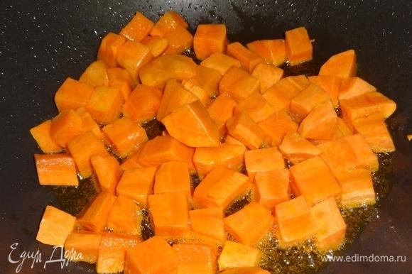 Положить в сковороду морковь и обжарить до румяности. Выложить морковь в чашку к картофелю.