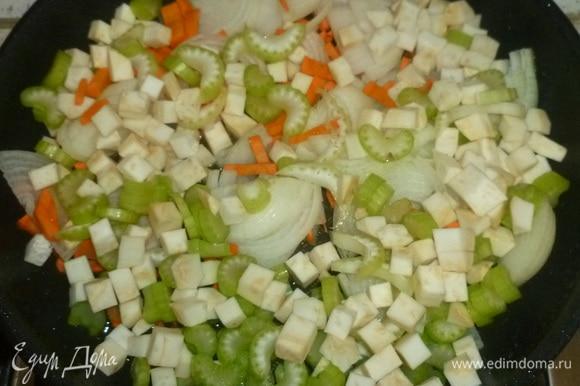 В сковороде обжарить лук, морковь и сельдерей в течение 5–7 минут.