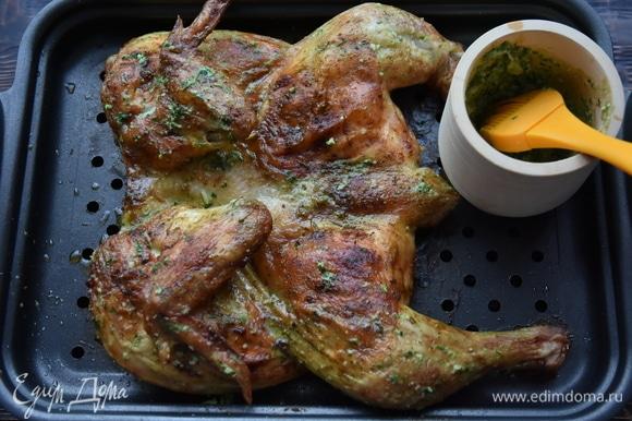 Готового цыпленка достать из духовки и смазать чесночным соусом. Подавать сразу. Оставшийся соус перелить в миску и подать к мясу.