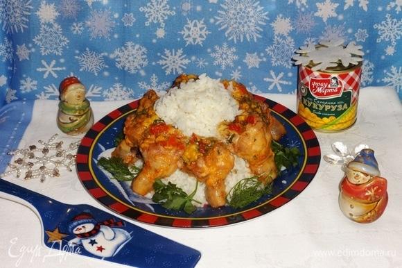 Для гарнира отварить рис. Выложить рис горкой на блюдо. Вокруг разложить куриные голени. Подать блюдо на новогодний стол. Всем приятного аппетита! И счастливого Нового года!