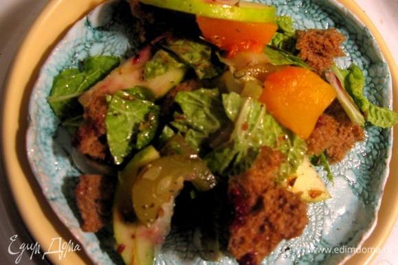 После перемешивания обязательно полить салат клюквенным соусом. Приятного!