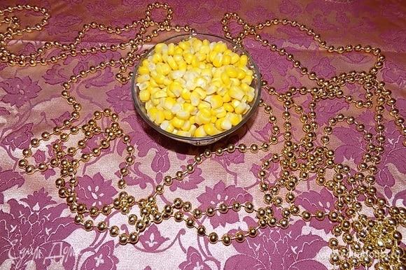 Выкладываем кукурузу ТМ «Фрау Марта» в салатник.