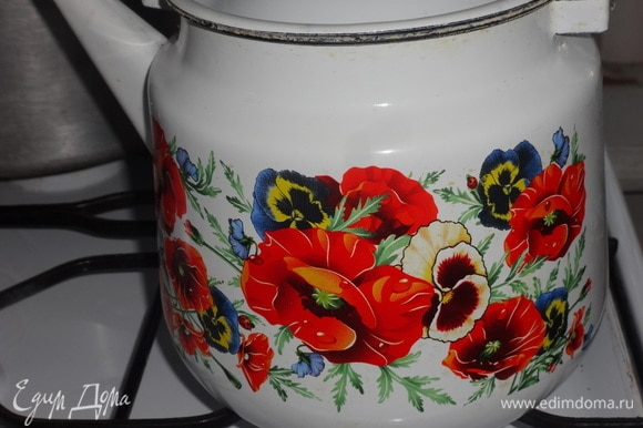 Вскипятить воду для чайной заварки.